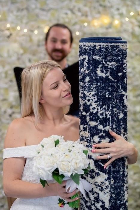 Девушка из Британии вышла замуж за очень странный предмет (4 фото)