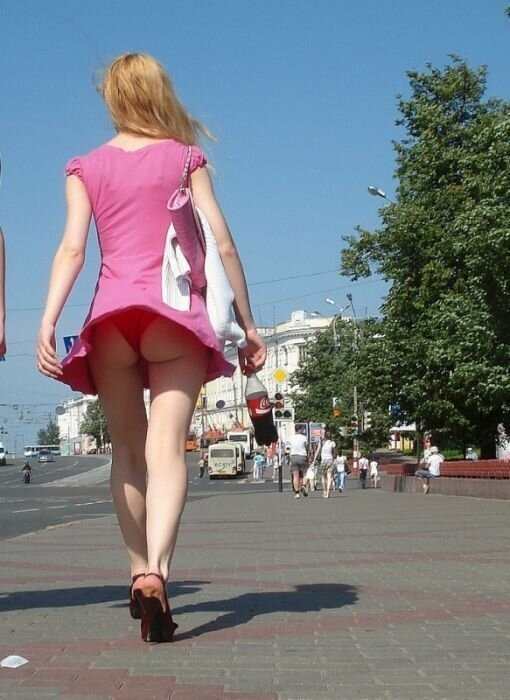 Девушки в мини-юбках (20 фото)