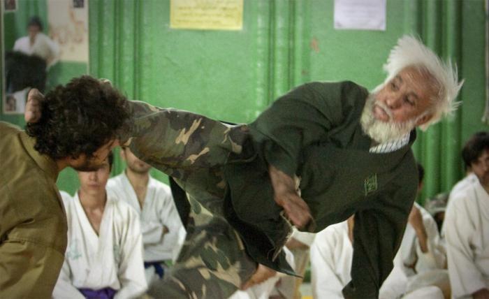 Суровые тренировки в армиях разных стран (11 фото)
