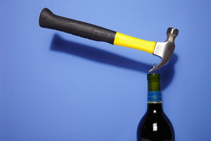Как открыть бутылку вина без штопора (6 фото)