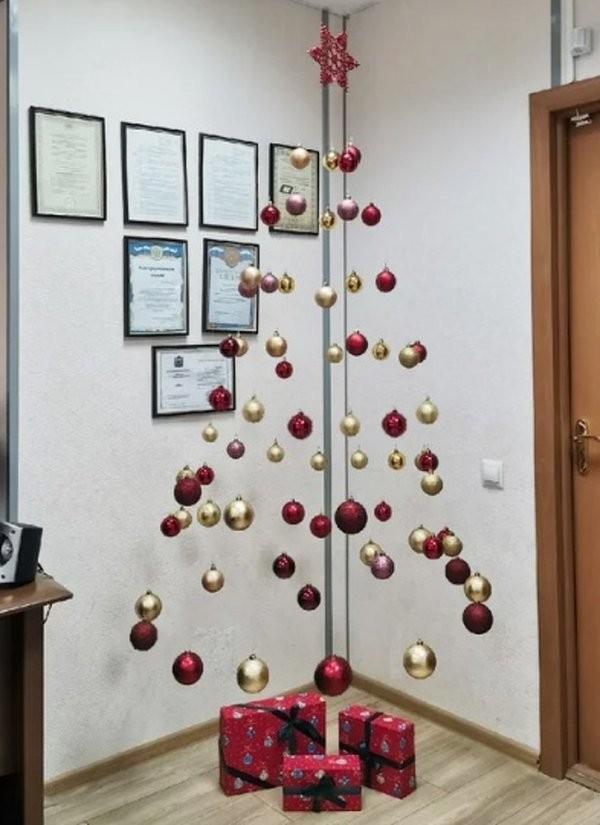 Праздничные елки от тех, кто встретит Новый год на работе (20 фото)
