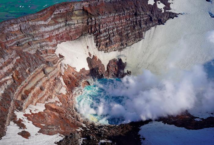 Извержения вулканов в 2019 году (16 фото)