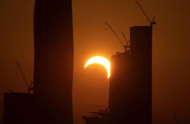 Кольцеобразное солнечное затмение (2 фото)