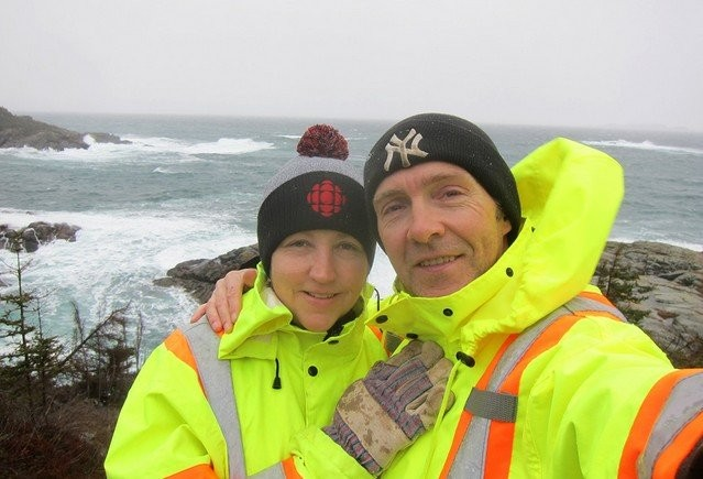 Все люди уехали из канадского города, кроме этих супругов (10 фото)