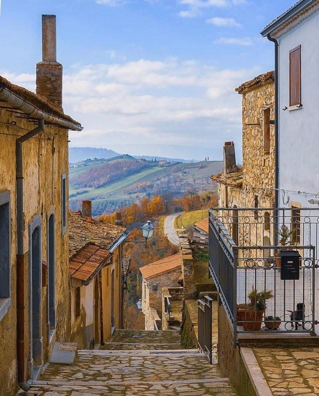 Дома в Италии продают за евро (5 фото)