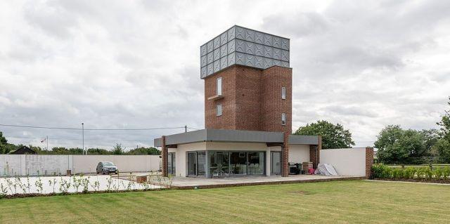 Из старой водонапорной башни сделали современный особняк (13 фото)