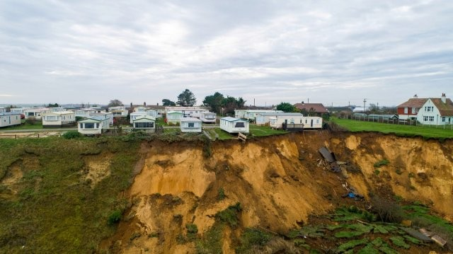 Из-за огромного оползня дома чуть не упали с обрыва (7 фото)