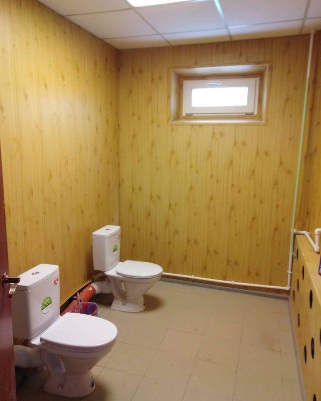 Как преобразился школьный туалет после ремонта (2 фото)
