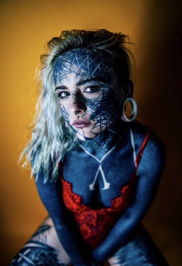 Шотландка Надин Андерсон покрыла 90% тела черной краской (10 фото)