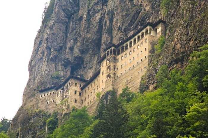Самые недоступные монастыри мира (6 фото)