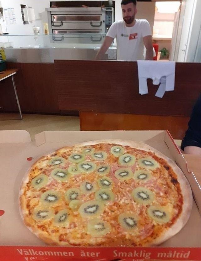 Парень из Швеции придумал свой рецепт пиццы (7 фото)