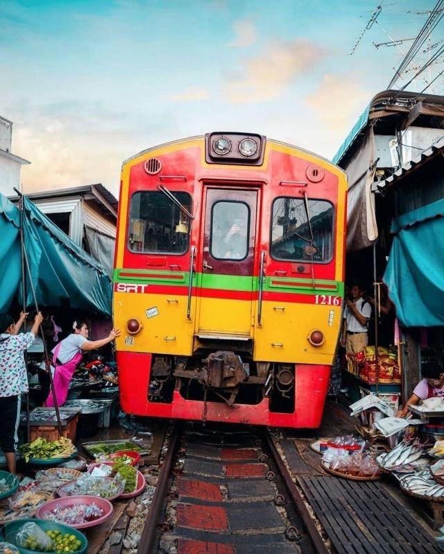 Меклонг - удивительный рынок в Таиланде (10 фото)