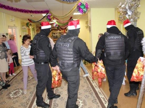 В автономном округе спецназовцы пришли в детский дом (5 фото)