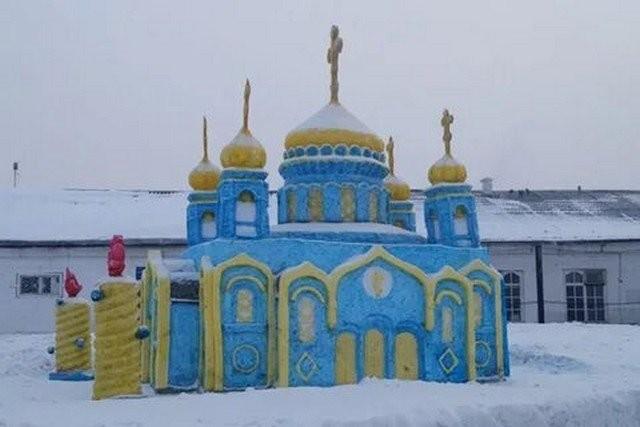 Заключенные колонии сделали копию храма Христа Спасителя (3 фото)