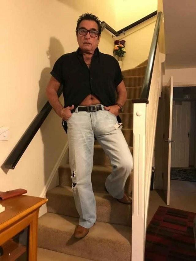 Мужчина хотел продать джинсы, но привлек внимания к персоне (13 фото)