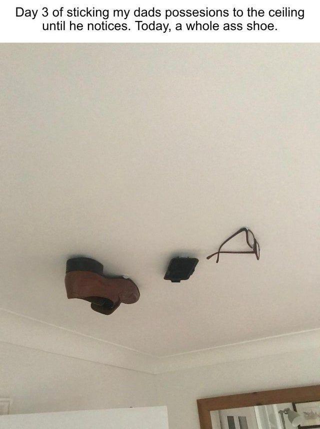 Парень приклеивал вещи своего отца к потолку (5 фото)