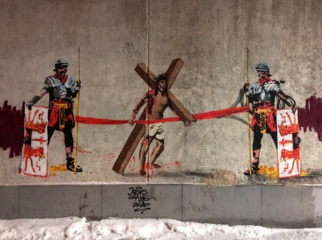 Новое скандальное граффити от команды Покраса Лампаса (2 фото)