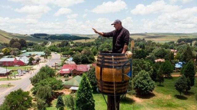 В ЮАР мужчина пытается побить странный рекорд (2 фото)