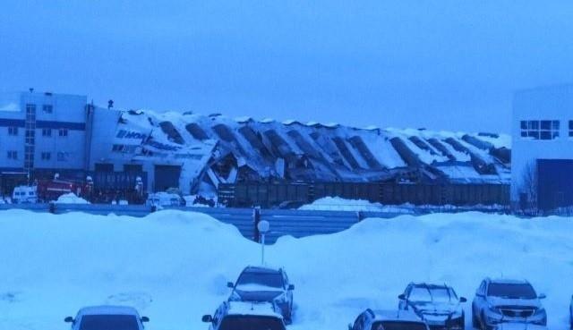 В Кемеровской области обрушилась кровля вагонорем- завода (7 фото)