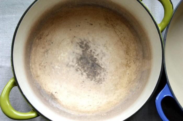 Простой способ очистить нагар на эмалированной посуде (5 фото)