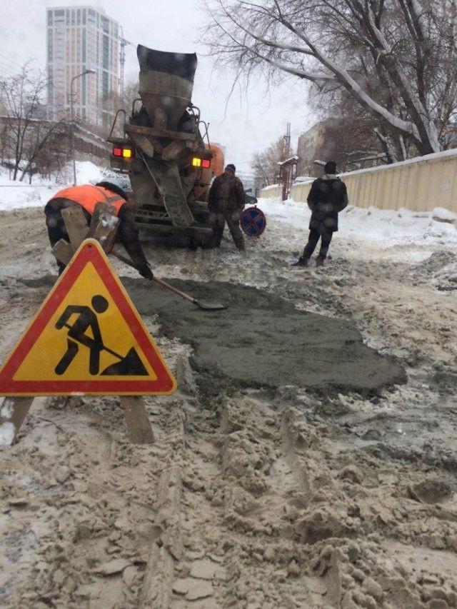 В Новосибирске ремонтируют снег (2 фото)