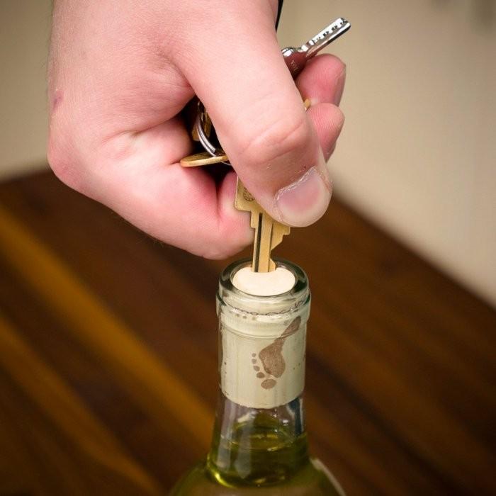 Как открыть вино, если под рукой нет штопора (9 фото)