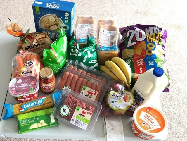 Эксперимент: сколько можно купить еды вместо пачки сигарет? (3 фото)