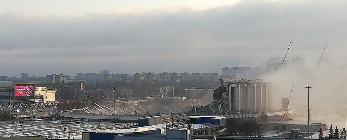 В Петербурге рухнула крыша СКК – под завалами ищут рабочих (4 фото)