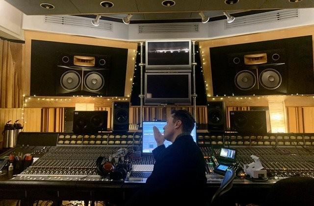 Илон Маск записал первую танцевальную композицию (3 фото)