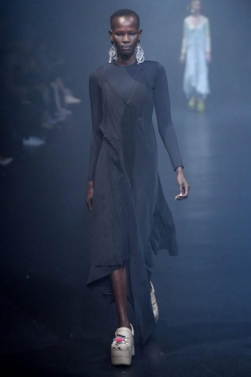 Balenciaga создала кроксы на платформе за 850 долларов (21 фото)