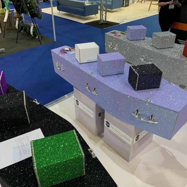 В Британии появились гробы с блестками (6 фото)