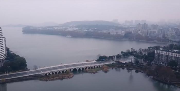 Как выглядит с дронов изолированный Ухань (13 фото)