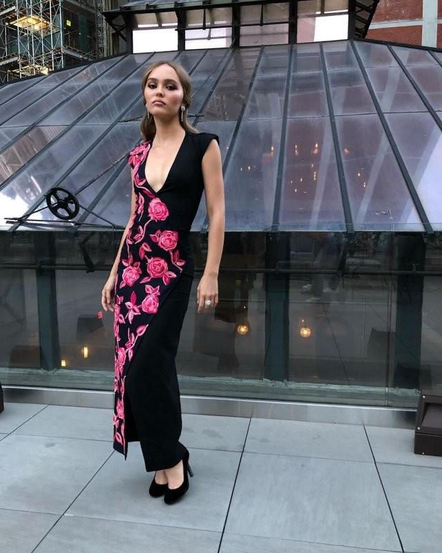 Лили-Роуз Депп пришла на премию BAFTA в «шикарном» платье (8 фото)