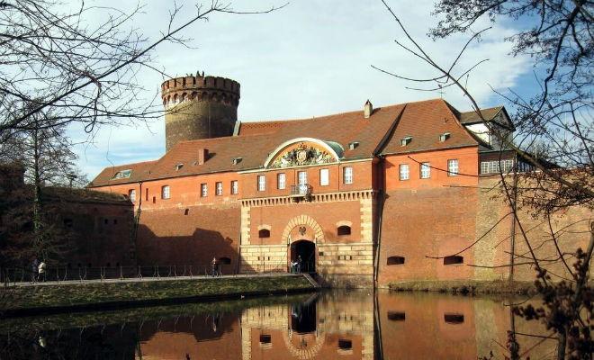 Тюрьма для одного узника (3 фото)