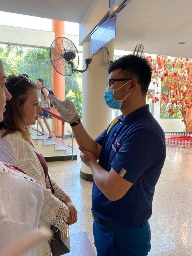 Во Вьетнаме борются с коронавирусом (4 фото)