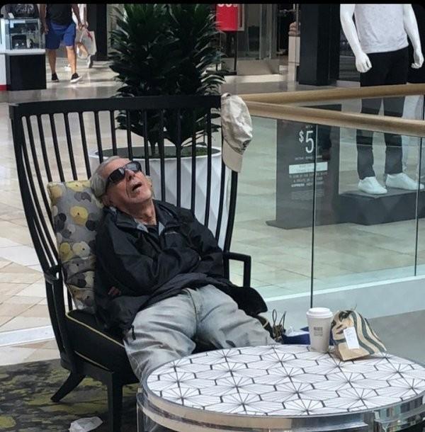 Ловушка времени или мужчины, ждущие жен во время шопинга (30 фото)