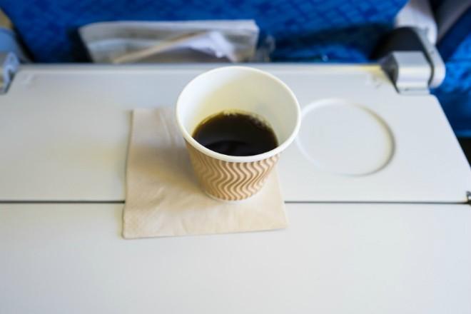 Стюардесса показала, как убрать плохой запах (2 фото)