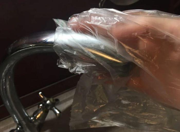 Зачем некоторые хозяйки надевают пакет на кухонный кран? (5 фото)