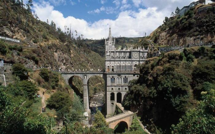 Южноамериканская церковь, похожая на европейский замок (11 фото)