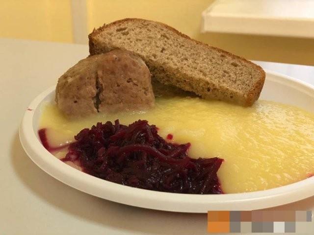 Что едят в больницах, где содержат людей с коронавирус? (15 фото)
