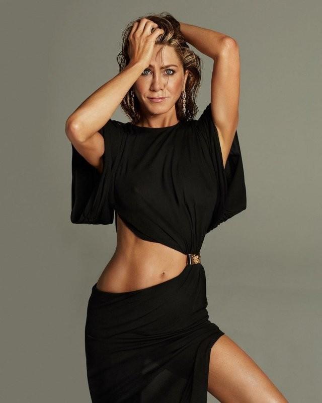 Дженнифер Энистон отпраздновала 51-летие и снялась для журнала(7 фото)