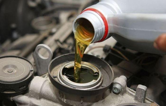 Простые способы залить моторное масло без воронки (5 фото)