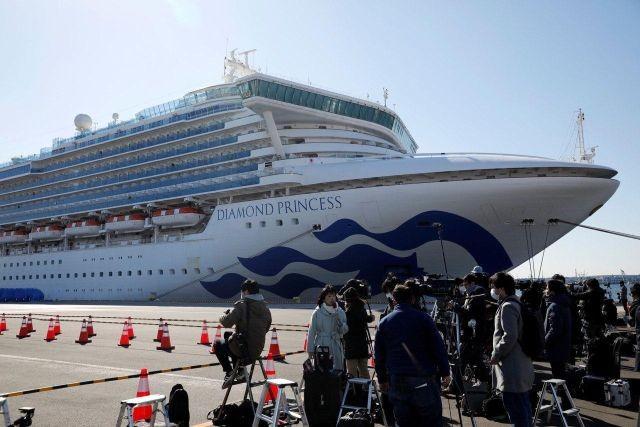 C лайнера Diamond Princes в Японии начали эвакуировать людей (фото)
