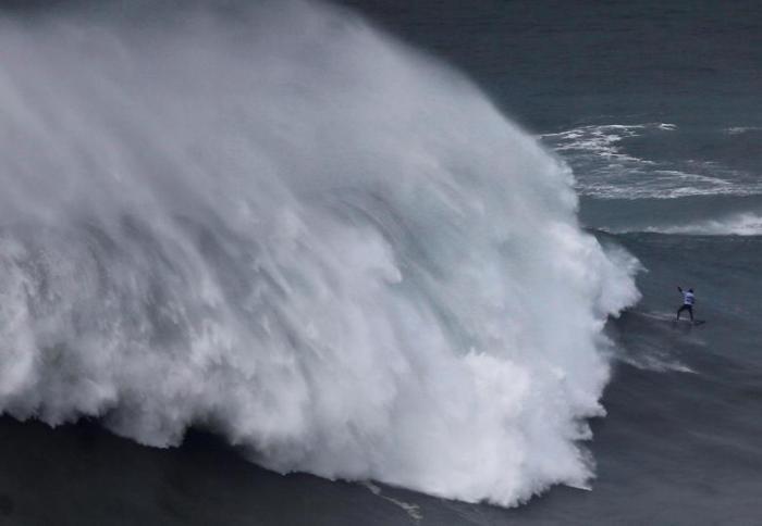 Покорение волн серфингистами в Португалии (10 фото)