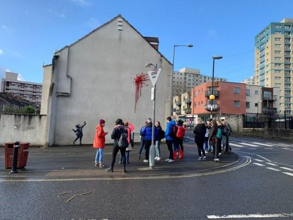 Неужели Бэнкси: в Великобритании появилось граффити (10 фото)