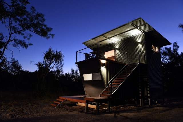 Пара из Австралии сделала шикарный дом из старых контейнеров (10 фото)