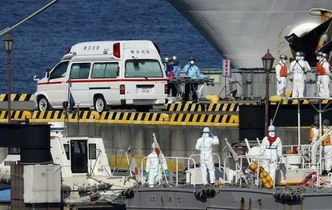 С лайнера Diamond Princess планируют отпустить здоровых россиян (фото)