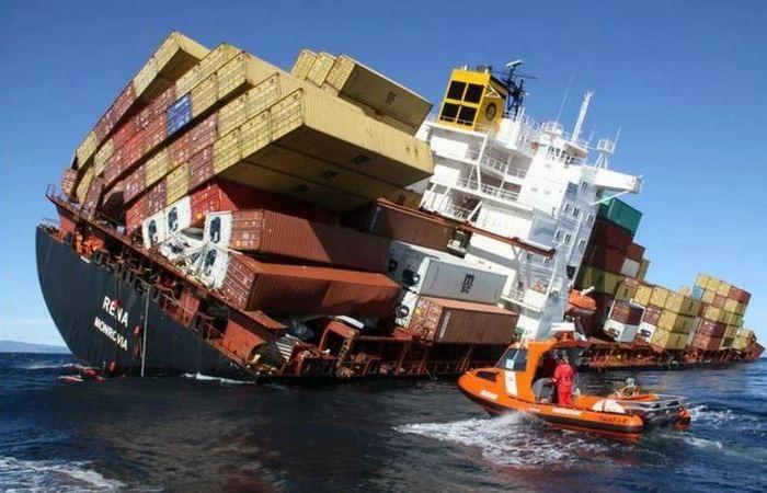 Почему контейнеры не падают с кораблей во время перевозки? (6 фото)