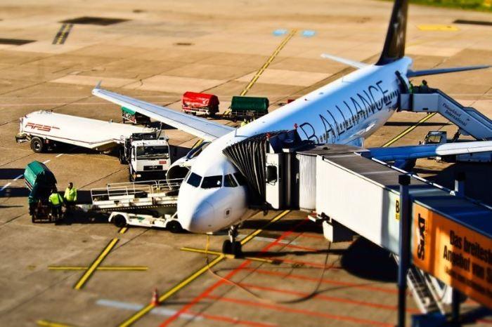 Почему посадка в самолет всегда c левой стороны (5 фото)