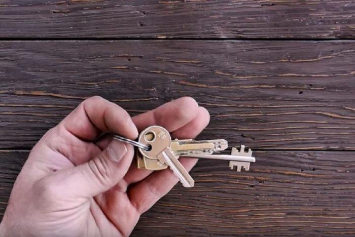Зачем просверливают ещё одно отверстие в ключах (5 фото)